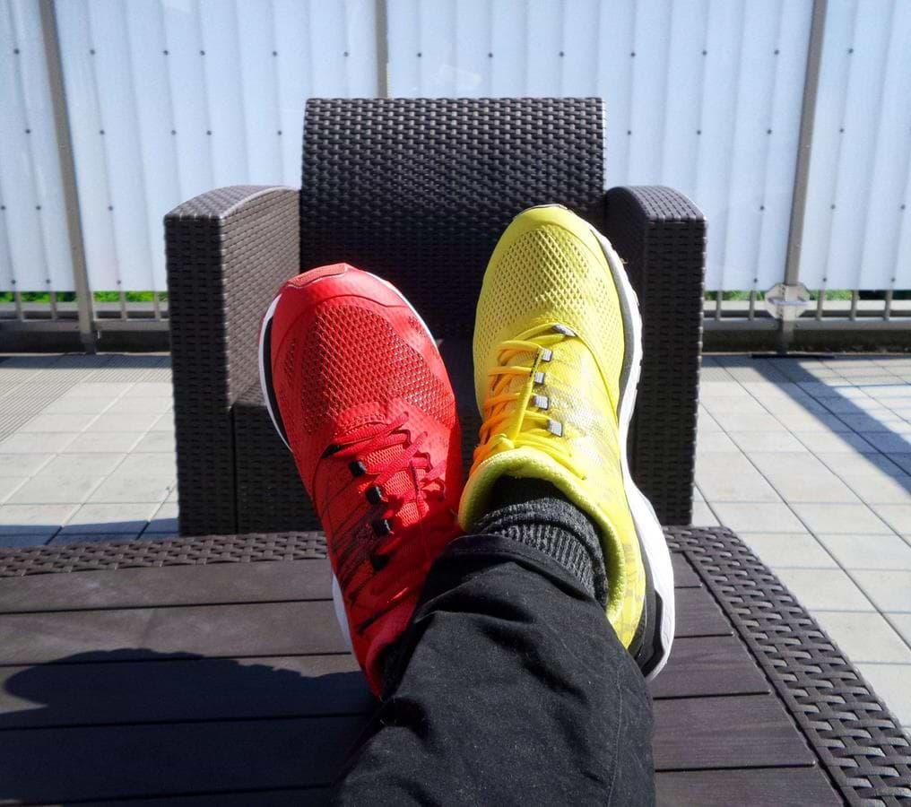 נעל צהובה ונעל אדומה