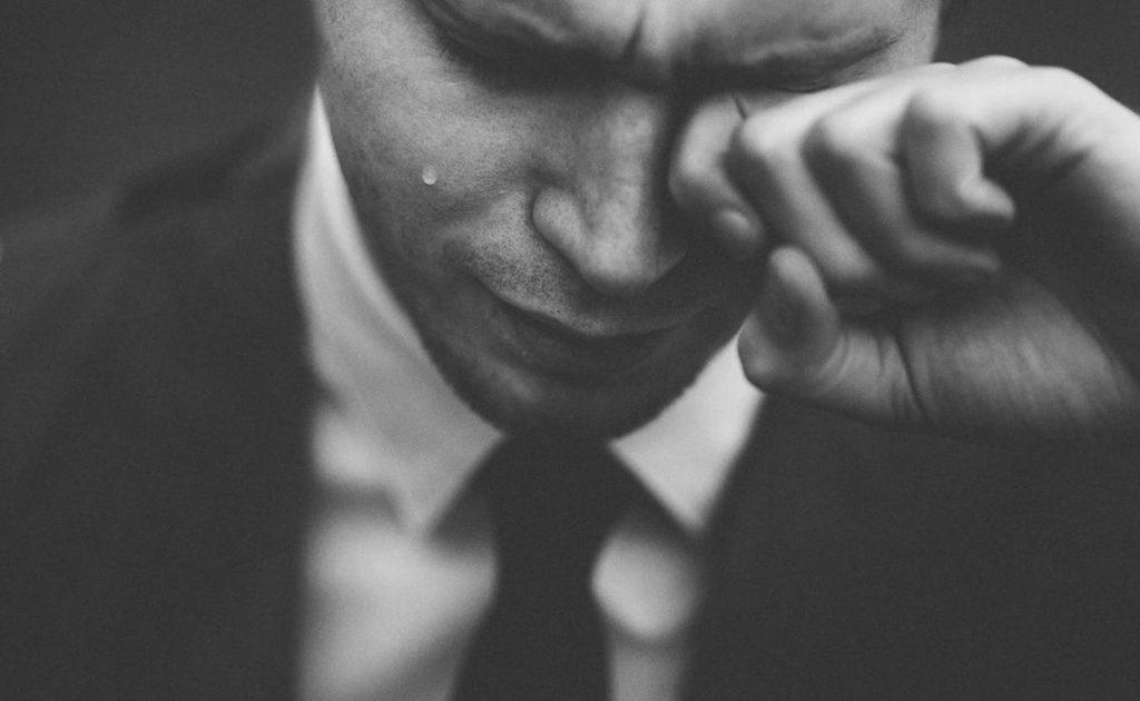 איש עצוב בחליפה