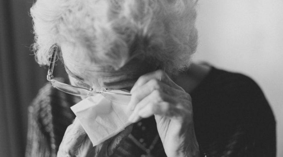 אישה מבוגרת מדוכאת
