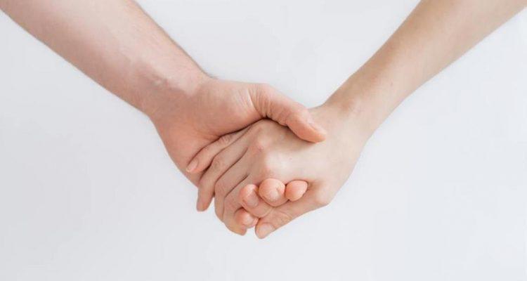 ידיים שלובות
